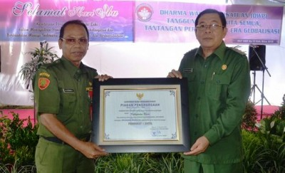 Piagam diserahkan secara simbolis oleh Kadis Kesehatan Kabupaten Bima Drs. Hefdin Umar, Apt kepada Bupati Bima Drs. H.Syafrudin HM.Nur.M.Pd. Foto: Bin