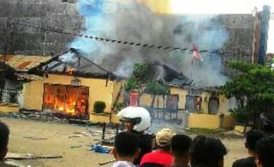 Pos Polisi di Pasar Raya Kota Bima Dibakar Warga. Foto: Abu