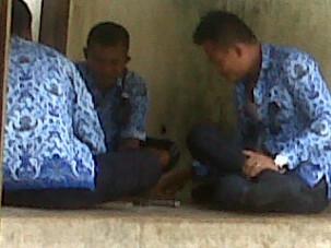 Sejumlah PNS sedang asik main Domino saat jam kerja. Foto: Bin