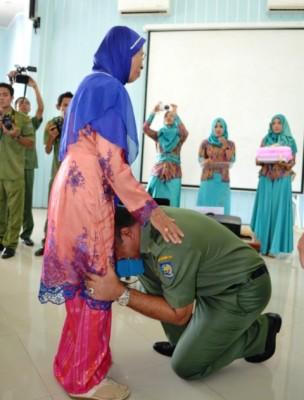 Walikota Bima HM. Qurais H. Abidin saat Sungkeman pada Ibu nya. Foto: Bin