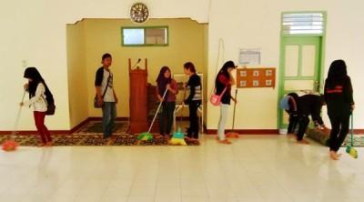 Anggota KSM saat membersihkan Masjid di Lingkungan Busu. Foto: Bin