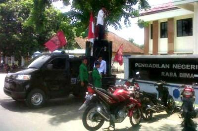 BEM STIH Muhammadiyah Bima saat demo Pengadilan Negeri Raba Bima. Foto: Erde