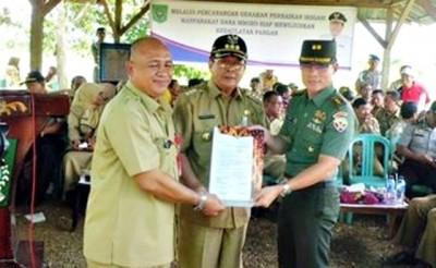 Bupati Bima, Kepala Dinas Pertanian, Tanaman Pangan dan Holtikultura dan Dandim 1608 Bima menunjukan pakta integritas (MoU). Foto: Hum