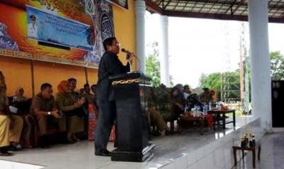 Bupati Bima saat memberikan pembinaan dan arahan kepada guru. Foto: Hum