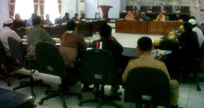FUI saat berdialog dengan Anggota DPRD Kabupaten Bima. Foto: Erde