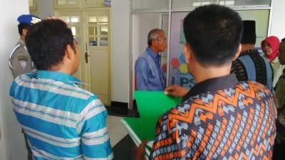 Sekda Kota Bima saat Sidak. Foto: Bin