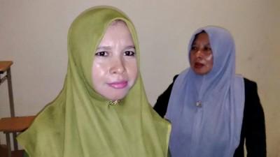 Istri Khalik, Mumadillah, bersama orang tuanya di PN Raba Bima. Foto: Bin