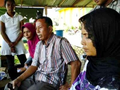 Istri korban bentrok dan Ketua LPM tanjung saat memberikan pernyataan. Foto: Teta