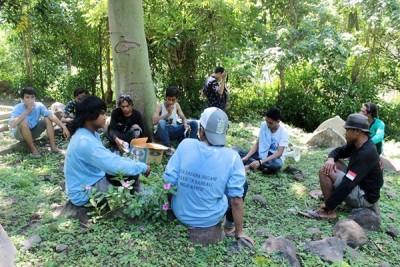 Anggota KSM disela sela membersihkan TPU Lingkungan Busu. Foto: Bin