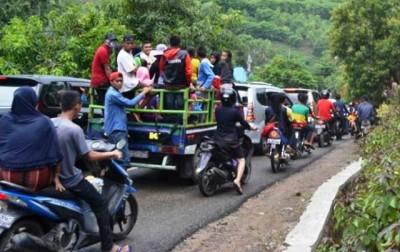 Kemacetan di jalan menuju Pantai Kolo. Foto: Bin