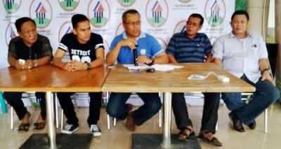 Pendiri Kosambo H. Sutarman, MM dan jajarannya saat Konferensi Pers soal lolosnya Ady Kasipahu pada Ajang Dangdut Academy Indosiar II. Foto: Bin