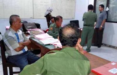 Lima Camat saat menghadiri panggilan Jaksa. Foto: Teta