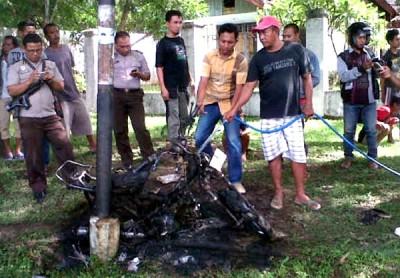 Motor yang dibakar sesaat setelah dipadamkan. Foto: Teta