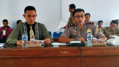 Wakapolres Bima Kota saat memberikan klarfikasi soal penahanan korban bentrok di kantor DPRD Kota Bima. Foto: Bin
