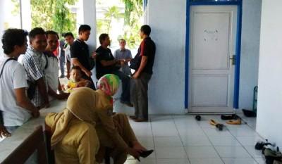 Wartawan dan Polisi saat hendak menemui KN di depan ruangan IGD Puskesmas Mpunda. Foto: Bin