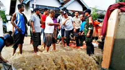 Wawali Bima saat meninjau banjir di Lingkungan BTN Kelurahan Panggi. Foto: Bin
