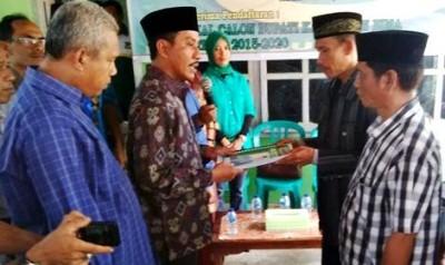 Adi Mahyudi saat menyerahkan sejumlah persyaratan pendaftaran  ke Ketua DPC PBB Kabupaten Bima Ahmad, SP. Foto: Bin