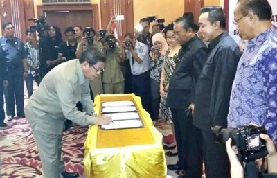 Bupati Bima saat menandatangani MoU Keterbukaan informasi publik. Foto: Hum