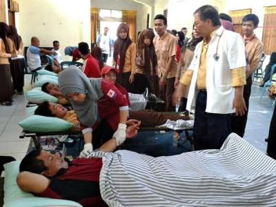 Donor Darah yang digelar Alumni SMAN 1 Kota Bima bersama PWI Bima. Foto: Bin