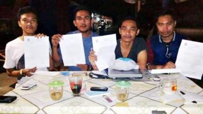 Empat orang pegawai Bank BRI Cabang Bima yang di PHK secara sepihak menunjukan surat PHK yang masing-masing diterima. Foto: Bin