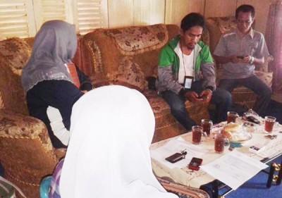 Istri Muis dan istri Jufri saat memberikan keterangan soal protes pemberhentian tidak hormat untuk suaminya. Foto: Teta