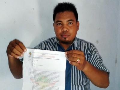 Ketua LIDIK Bima, Sirnawan menunjukan secarik kertas laporan di Kejari Raba Bima. Foto: Teta