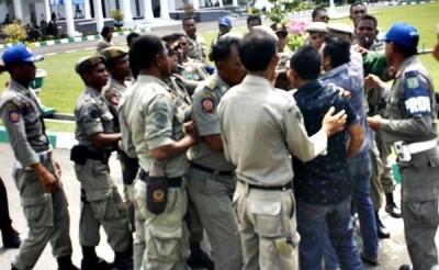 Massa API saat merangsek masuk ke halaman Kantor Pemkot Bima. Foto: Erde