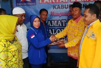 Penyerahan berkas oleh perwakilan DPD Golkar Kabupaten Bima ke Sakura H. Abidin. Foto: Bin