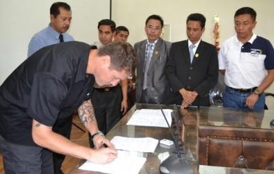 Perwakilan ICITAP saat menandatangani MoU di ruangan Walikota Bima. Foto: Hum