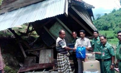 Pimpinan DPRD Kota Bima, Syahbuddin dan Kepala Dinsosnakertrans Kota Bima saat memberikan bantuan terhadap korban. Foto: Bin