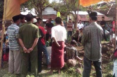 Suasana pemakaman Nurma Ibrahim di TPU Kelurahan Penatoi. Foto: Teta