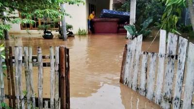 Warga menyelamatkan sejumlah perabotan saat banjir. Foto: Bin
