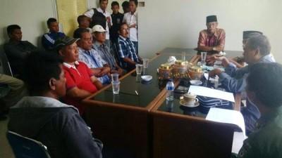 Anggota Pelra saat mengadu ke DPRD Kota Bima. Foto: Bin