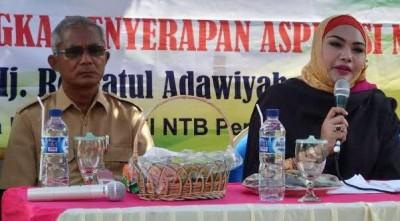 Anggota DPD RI Hj. Robiatul Adawiyah didampingi Sekda Kota Bima saat memberikan sambutan. Foto: Hum