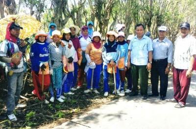Brigjen H. Hidayat Saleh S.Ip saat mengujungi masyarakat.