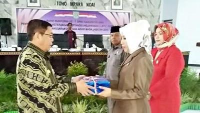 Bupati Bima menyerahkan LKPJ Akhir Tahun Anggaran dan Akhir Masa Jabatan kepada Ketua DPRD Kabupaten Bima. Foto: Hum