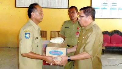 Bupati Bima menyerahkan bantuan tanggap darurat secara simbolis ke Camat Monta. Foto: Hum