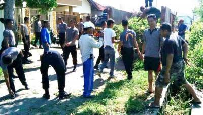 Gotong Royong di Kelurahan Santi. Foto: Bin