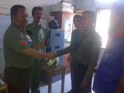 Koptu Chaerul, Babinsa Dara saat menerima penyerahan senjata FN dari warga. Foto: Erde
