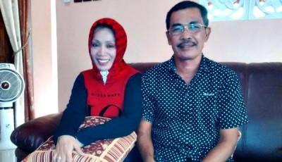 Jumhariah didampingi Suaminya, Drs. Kaharudin. Foto: Bin