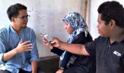 Koordinator AJI wilayah Bima Iqra Hardiansyah saat dimintai keterangannya oleh wartawan. Foto: Bin