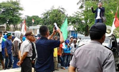 Massa aksi saat menggelar aksi di depan Mapolres Bima Kota. Foto: Teta