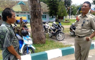 Tayeb saat mengadu ke Pol PP soal kehilangan motornya. Foto: Teta