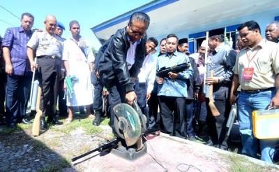 Wagub NTB saat proses pemusnahan Senpi didampingi Kapolda  NTB dan Walikota Bima. Foto: Bima