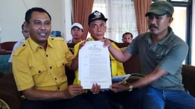 Wahyudin S.Ag (Kiri) menunjukan SK penunjukan dirinya menjadi Plt Ketua DPD II Partai  Golkar Kabupaten Bima. Foto: Bin