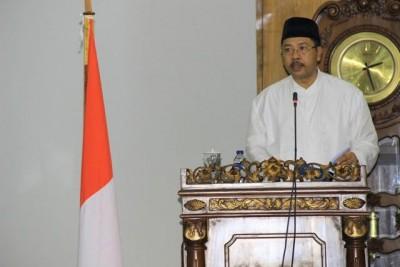 Walikota Bima HM. Qurais H. Abidin saat menyampaikan LKP TA 2014 pada Rapat paripurna DPRD Kota Bima. Foto: Bin