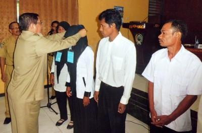 Bupati Bima, Drs. H.Syafrudin HM.Nur.M.Pd saat penyematan tanda peserta. Foto: Hum