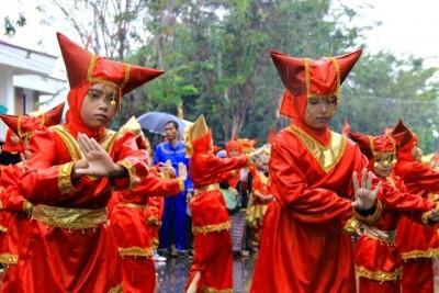 Anak-anak Minang sat menari ditengah hujan. Foto: Bin