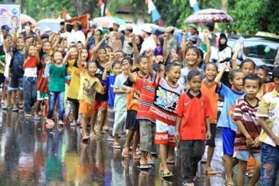 Anak - anak juga tidak ingin berdiam diri. Kendati hujan, mereka  tidak surut berpartisipasi. Foto: Bin