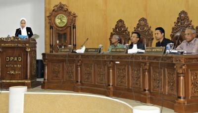 Anggota Komisi III DPRD Kota Bima, Muthmainnah saat menyampaikan laporan hasil Kunker. Foto: Bin